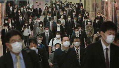 待ちゆく人が全員マスクをつけている異様な光景
