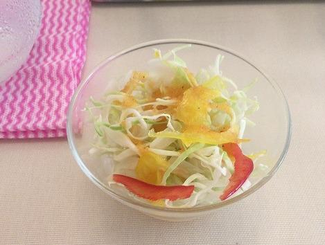 小鉢に入ったサラダ
