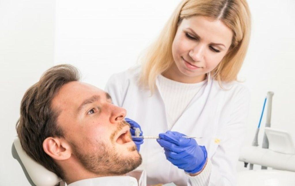 歯周病によって歯間が広がるため
