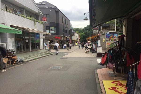 駅から公園への通りにも色々なお店が沢山あります。