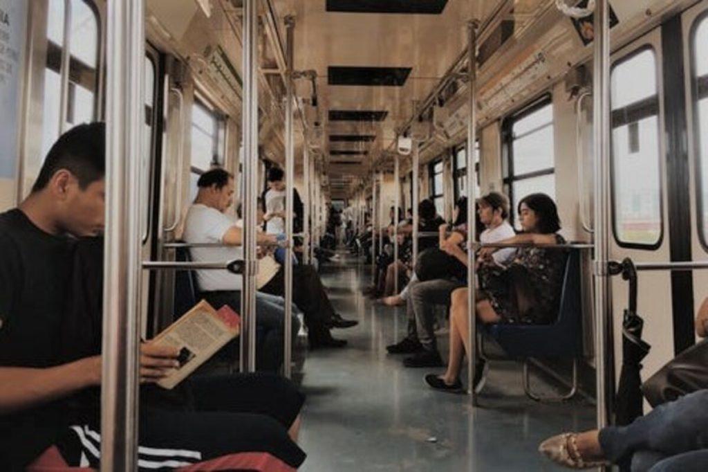 電車で足を組む