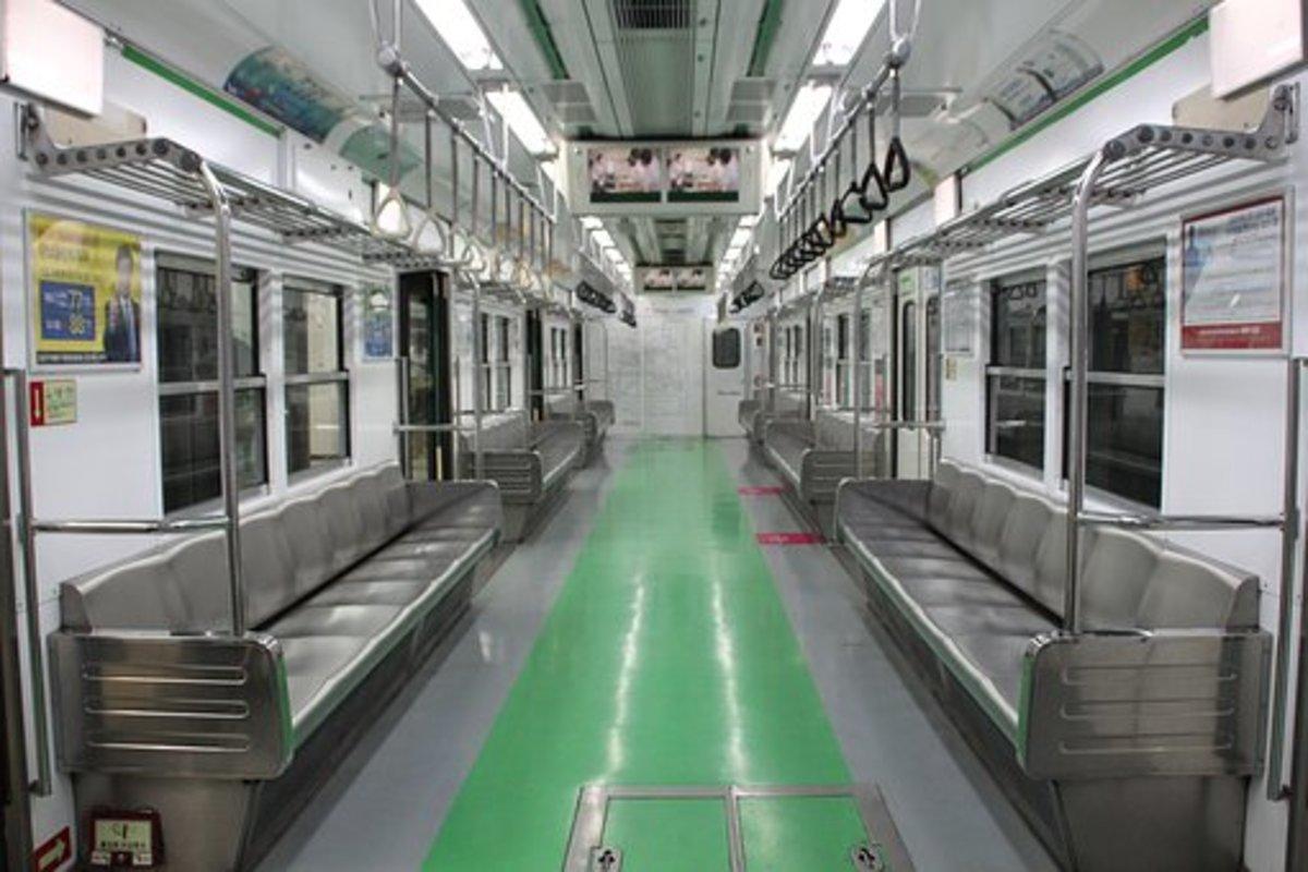 電車の座席の幅ってなんであんなに狭いの?