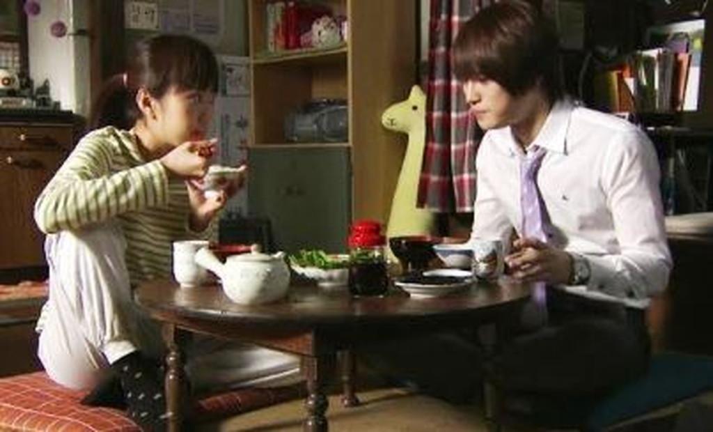 膝を立てて食べる韓国人女性