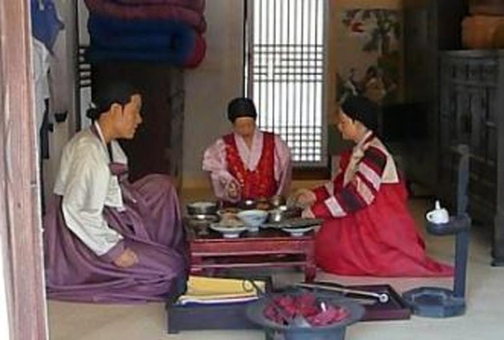 韓国では膝を立てて食べる