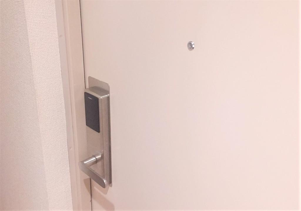 個室のドアはカードキータイプ