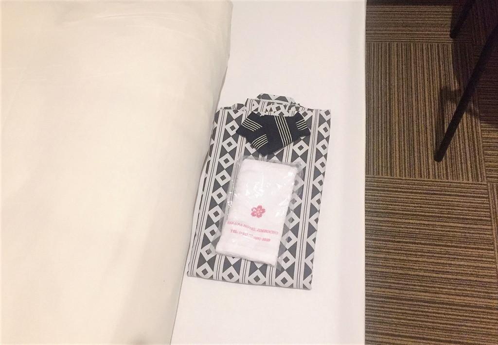 部屋に準備されている無料のアメニティは浴衣とタオルだけ