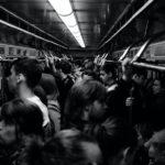 満員電車で目の前の席が空いても座らないわけ